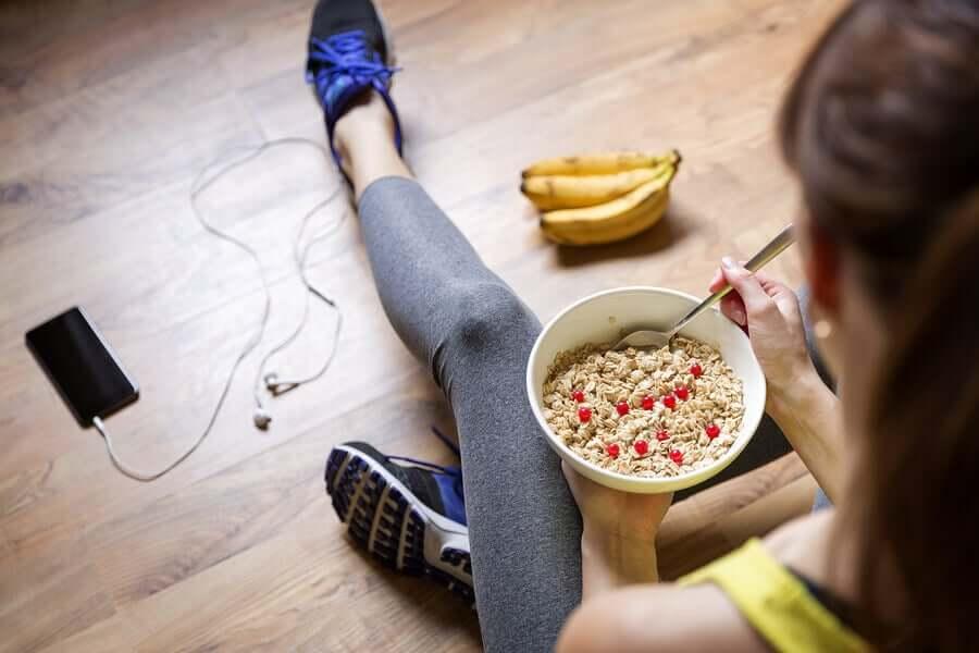 Mulher comendo mingau em uma dieta vegana