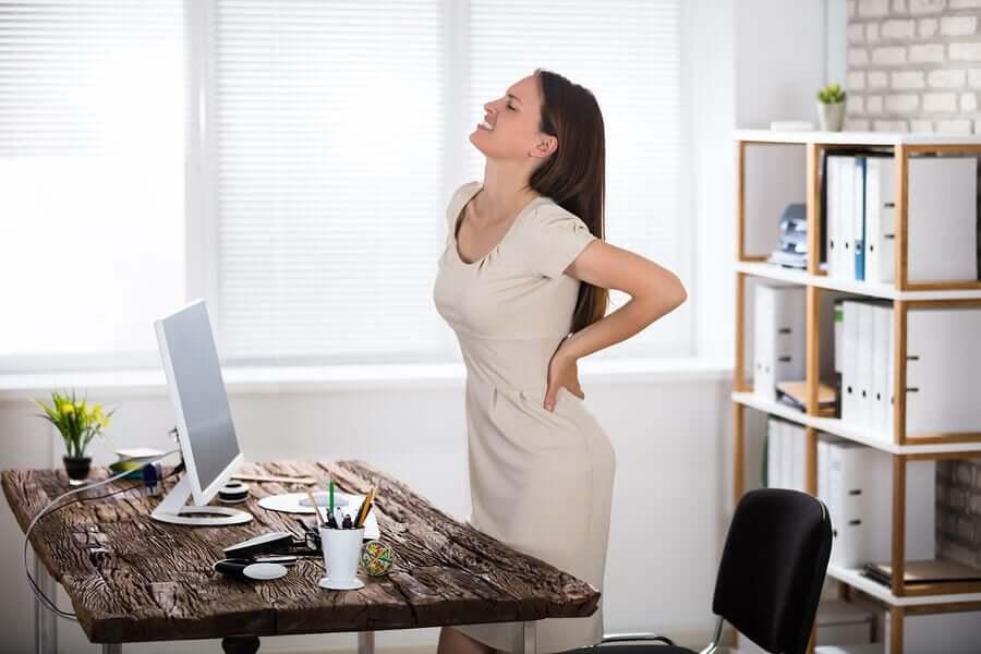A dor lombar é muito comum, porque se trata de uma parte do corpo que costumamos descuidar durante o dia sem perceber