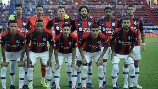 O San Lorenzo tem um total de 24 títulos, dos quais 15 são de campeonatos da primeira divisão.Seu maior rival é o Huracán, do bairro Parque Patricios