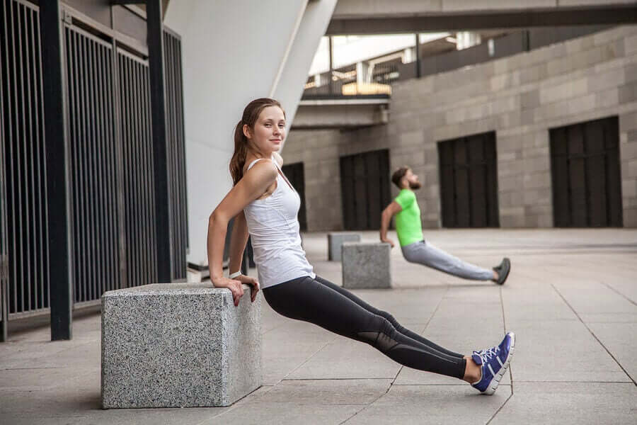 O tríceps de banco trabalha principalmente os grupos musculares agonistas, que são o tríceps braquial e o deltoide