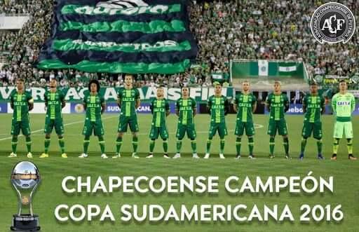 A Chapecoense, em seu momento de maior glória, viajava para Medellín para jogar o primeiro jogo da final contra o Atlético Nacional, quando o avião caiu, causando a morte de 76 pessoas, incluindo a maioria dos jogadores