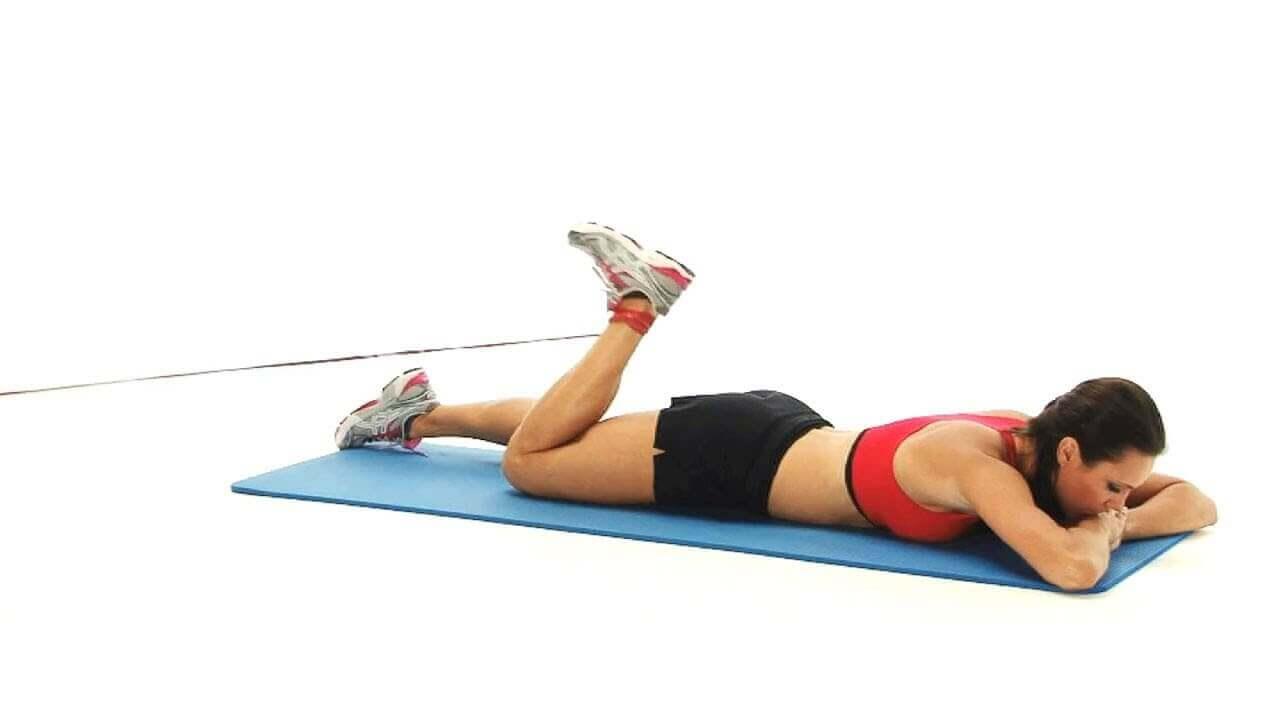 Exercício com polia ou elástico para perna
