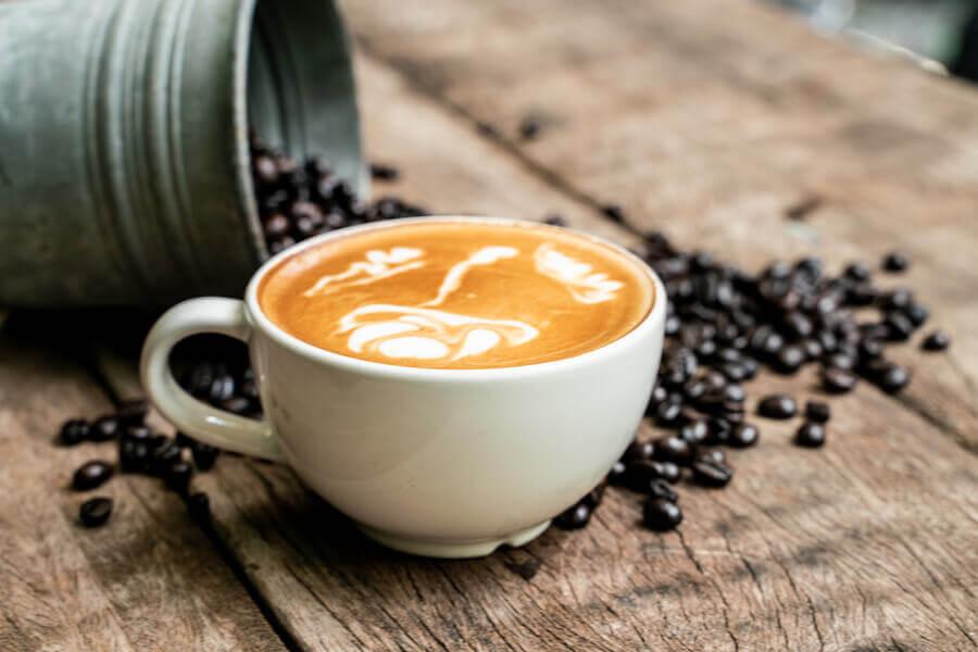 Beber água com cafeína é saudável?