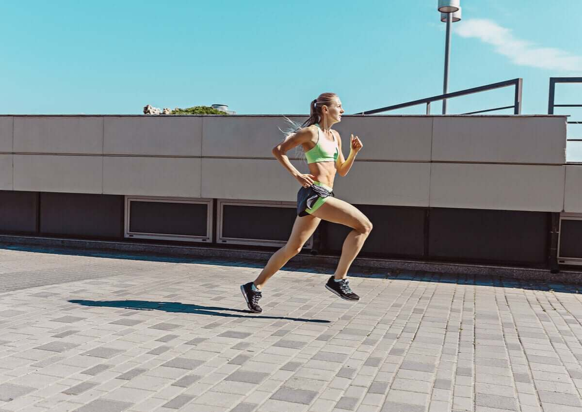 Atleta correndo na rua