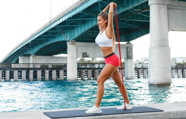 3 exercícios com faixa elástica para o tríceps