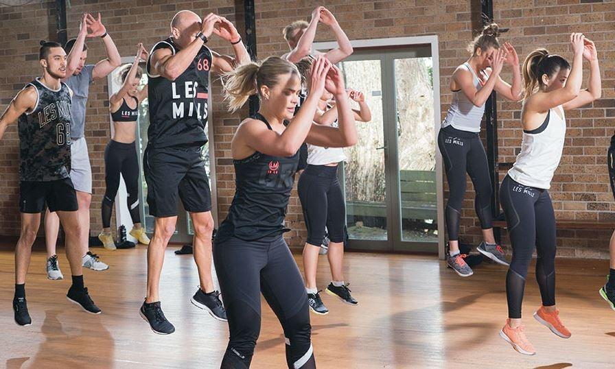 HIIT egzersizi yapan kadınlar ve erkekler.