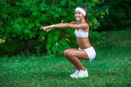 kapalı squat yapan kadın