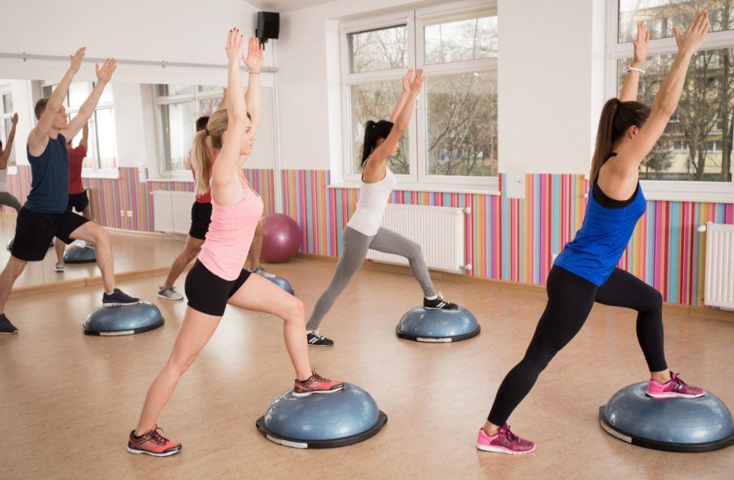 Spor salonunda aerobik yapan kadınlar.
