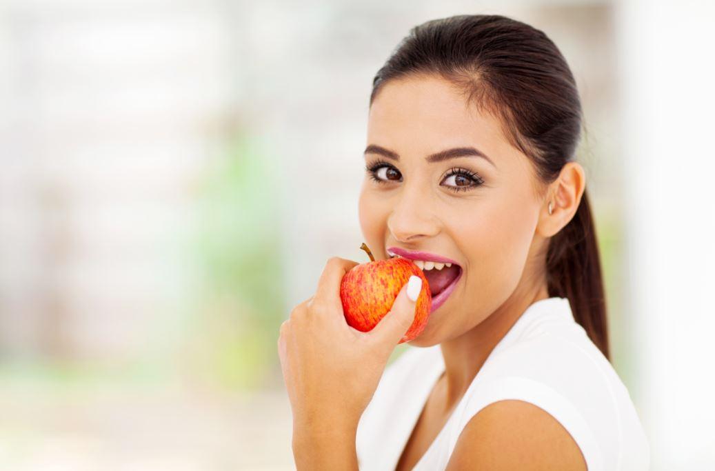 Elma yiyen kadın.