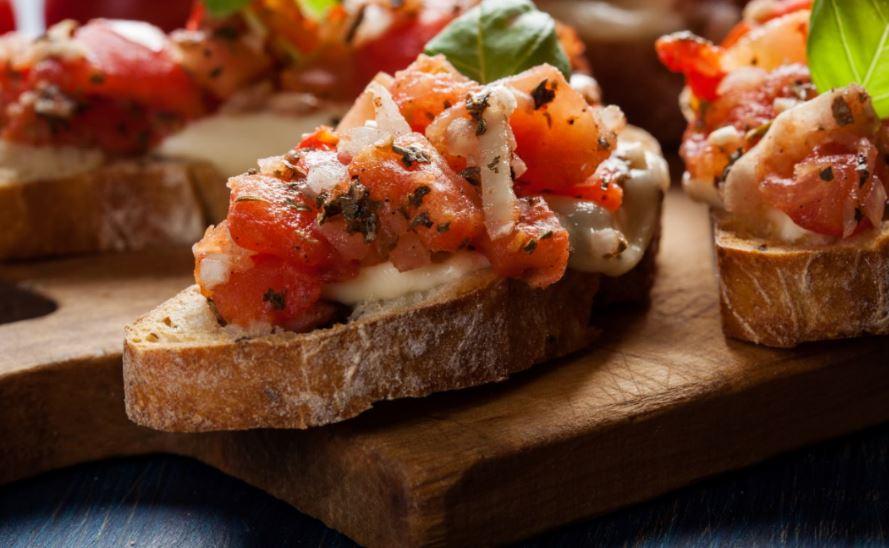Domates ve peynirli açık tost