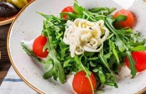 peynir ve domatesli yeşil salata