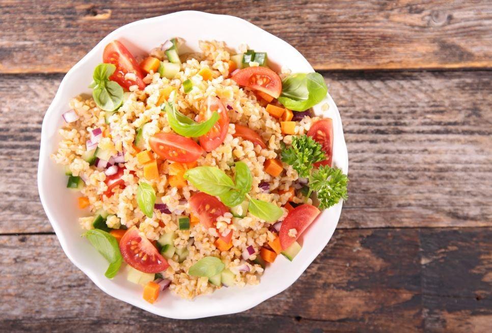 Domates ve yeşillikli kinoa salatası.