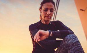 Saatine bakan sporcu kadın.