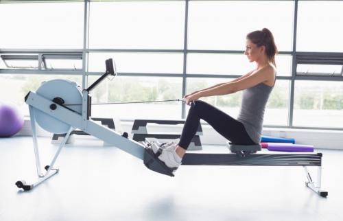 kürek makinesi ile egzersiz yapan kadın
