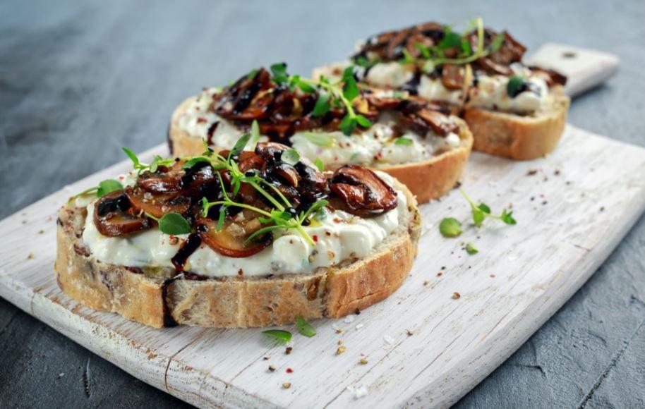 Mantar ve peynirli açık tost.