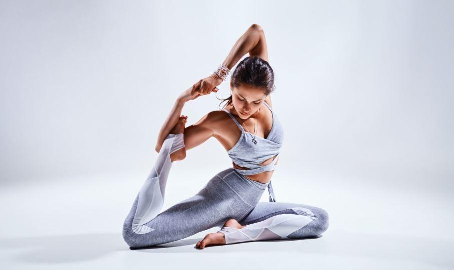 Spine twist duruşu yoga yapan kadın.