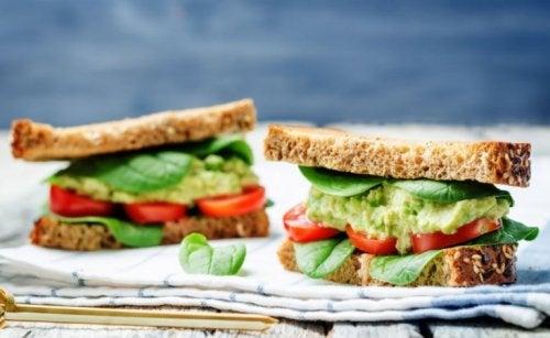 Avokadolu ve sebzeli sandviç