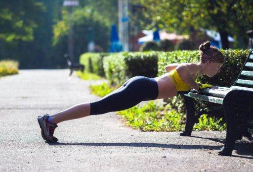 açık havada egzersiz yapan kadın.