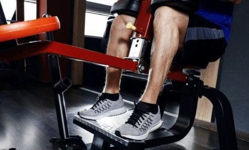 Bacak egzersizi yapan erkek
