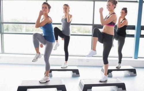 kadınlar aerobik yapıyor