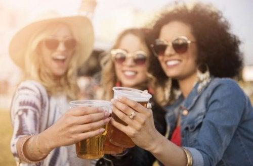 Alkolsüz bira içen üç kadın