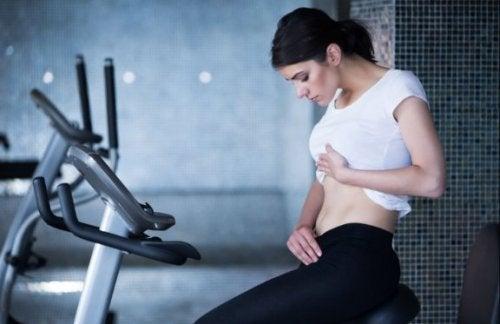 Eliptik aleti ile egzersiz yapan kadın