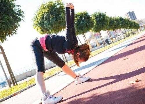 Esneme egzersizi yapan kadın