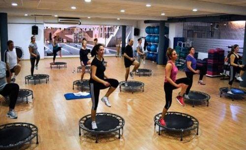 Bir sınıf olarak güç atlayışı egzersizi yapan sporcular.