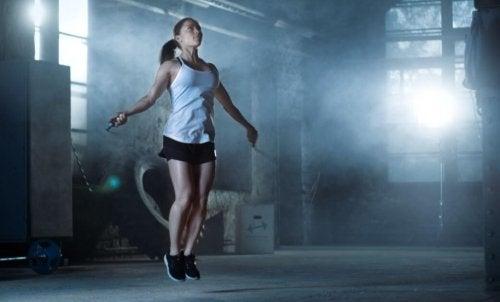 spor salonunda ip atlayan kadın