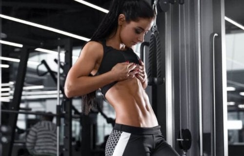 Karın kaslarına bakan sporcu kadın