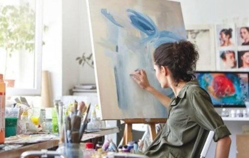 Resim çizen bir kadın.