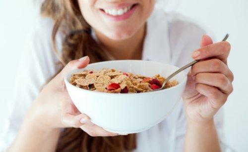 Kahvaltılık gevrek yiyen kadın