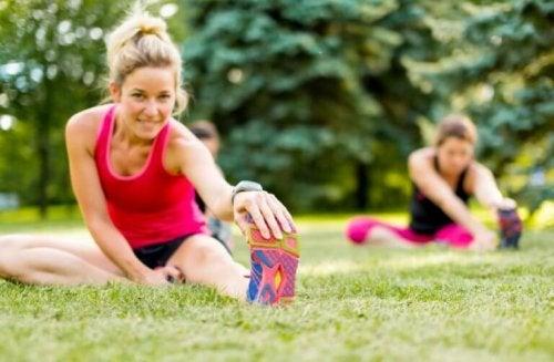 Dışarıda egzersiz yapan kadınlar.