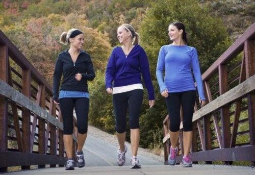 Bir köprü de yürüyüş yapan 3 kadın.