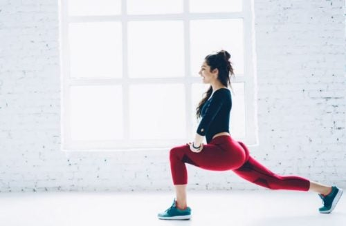 bacak ve kalça egzersizi yapan kadın.
