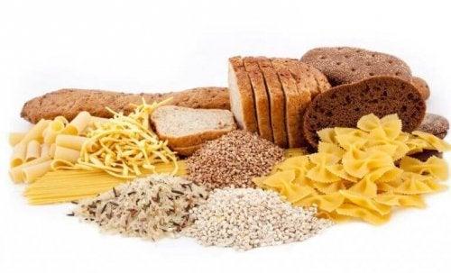 Çeşitli ekmekler, makarnalar ve tahıllar.