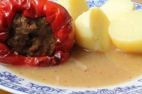Kıymalı domates dolması ve haşlanmış patates