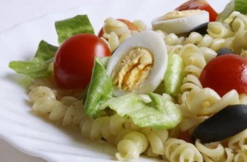 yumurtalı makarna salatası