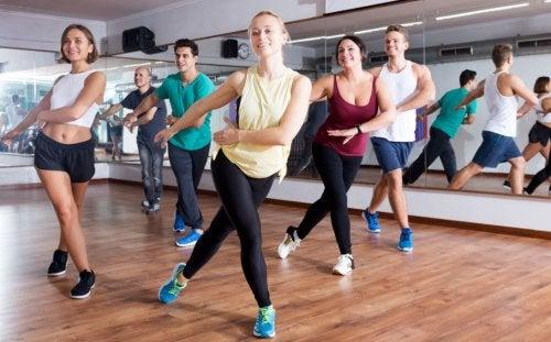 Zumba dansı yapan bir spor salonu sınıfı.