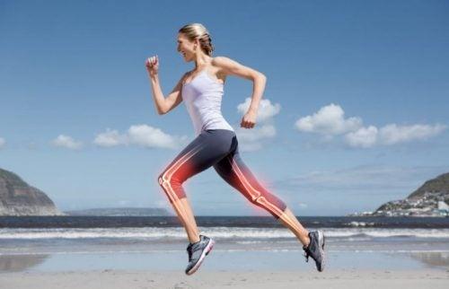 Sahilde koşu yapan genç bir kadın