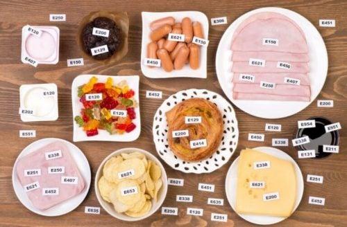 üzerinde katkı maddesi etiketleri olan çeşitli tabaklanmış yiyecekler