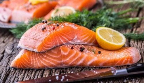 Dilimlenmiş ve baharatlanmış çiğ somon balığı