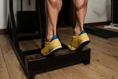 Topuk kaldırma egzersizi yapan erkek