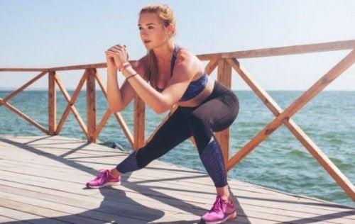 yan squat yapan kadın