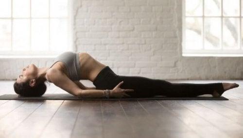 Yogada balık pozunu yapan bir kadın.
