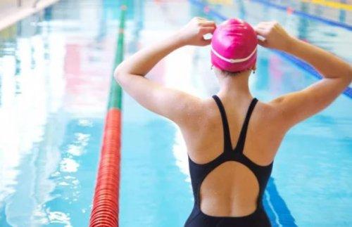 Havuza atlamaya hazırlanan yüzücü kadın.