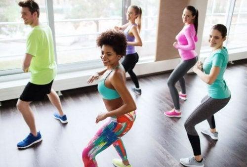 Zumba dansı yapan bir sınıf.