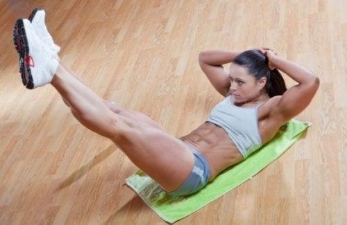 Bacak kaldırma egzersizi yapan kadın