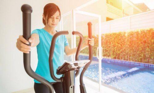 eliptik spor aleti kullanan kadın