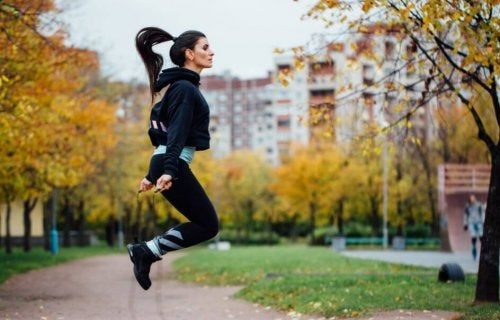 Parkta ip atlayan kadın